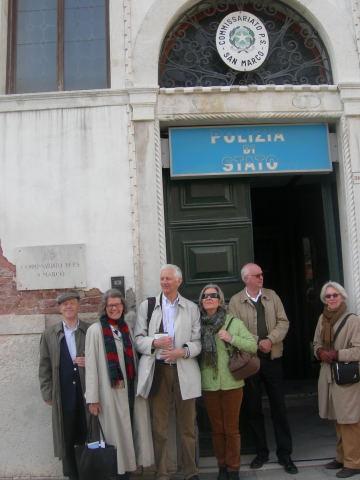 Gruppen framför Kommissarie Brunettis polisstation