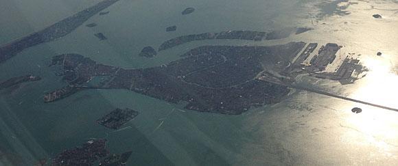 Bild tagen från hög höjd genom flygplansfönstret