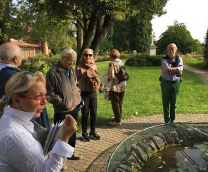 Engagerad guidning i en klosterträdgård