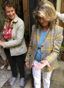 Vår guide och contessa Lucheschi med en av sina kära minisköldpaddor som också trivs i trädgården