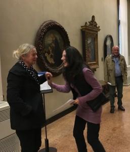 Två konservatorer, t v vår egen Eva Ringborg, i professionellt och glatt samspråk